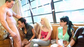 Незамужние девушки славно сосут члены на межрассовой вечеринке