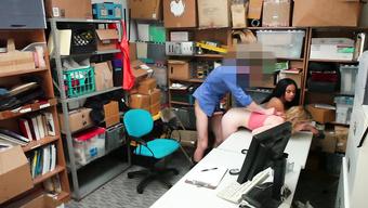 Охранник магазина трахает студенток ставя их раком за кражу