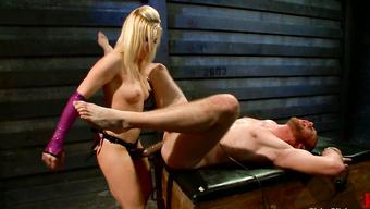 Госпожа трахает молодого раба в задницу страпоном